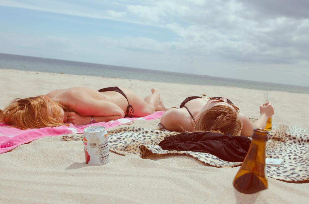 Zonnende meisjes   © PIXABAY